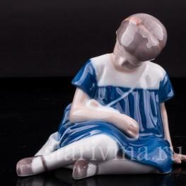 Фигурка из фарфора Девочка с куклой, Royal Copenhagen, Дания, кон. 20 в.